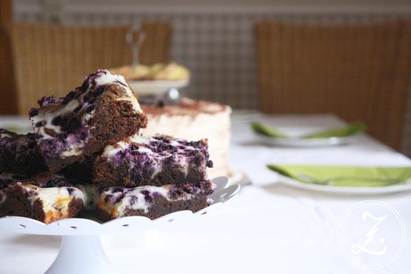 Cream Cheese Brownies mit Heidelbeeren by Zuckergewitter