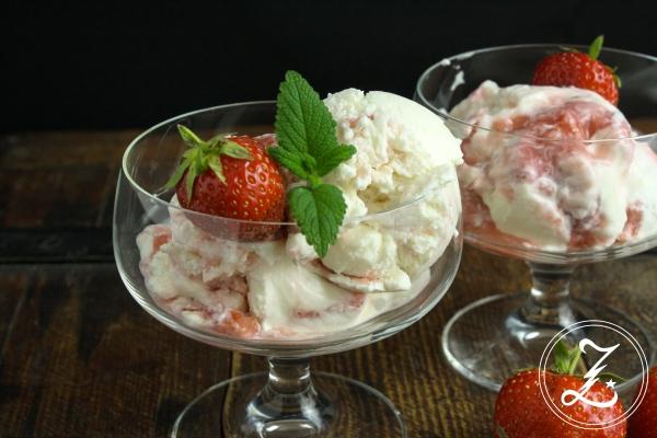 Quarkeis mit Erdbeerswirl | Zuckergewitter.de