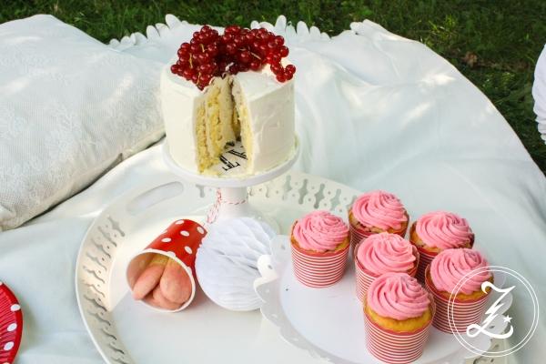 Sommerpicknick - Zitronen-Wickeltorte, Kuchensticks mit Beerenguss und rosa Johannisbeer-Cupcakes | Zuckergewitter.de
