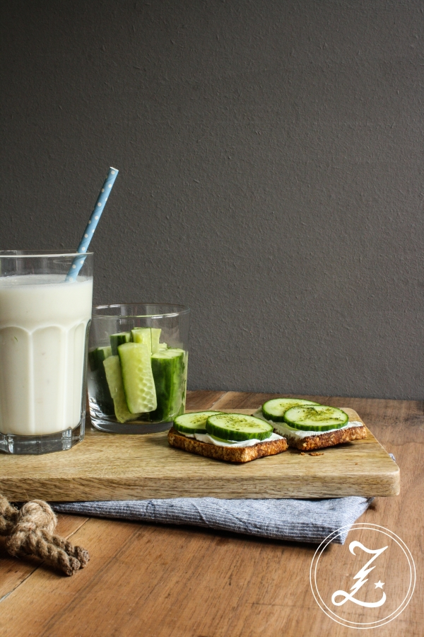 eine typische Mittagsmahlzeit mit Buttermilchshake, Brot, Frischkäse und jeder Menge frischer Gurke | Zuckergewitter.de