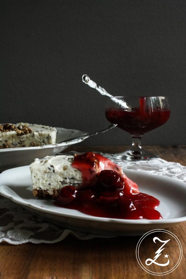 Nippon-Straciatella-Kuchen mit warmer Kirsch-Grütze (ohne Backen) | Zuckergewitter.de
