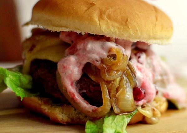 Rosa Festtags-Burger mit Raclettekäse, in Guinnessbier geschmorten Zwiebeln und Preiselbeer-Schmand von Stilettos&Sprouts | Zuckergewitter.de
