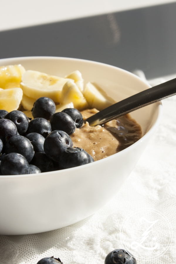 {Start Your Day Right} Wachmacher-Porridge mit Espresso, Mandelmus und frischem Obst | Zuckergewitter.de