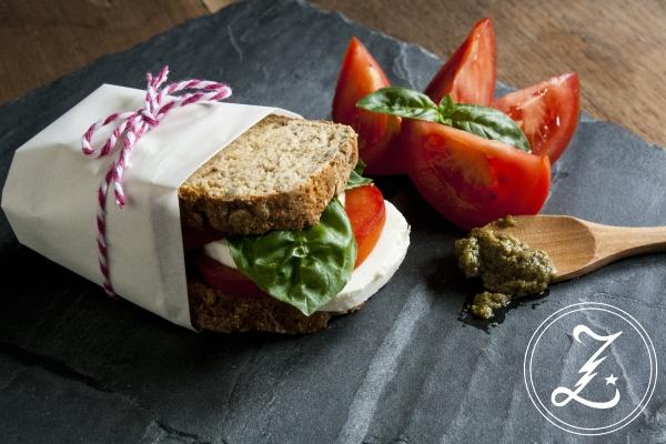 schnelles Quarkbrot für ein Sandwich mit mediterranem Schlemmerbelag | Zuckergewitter.de