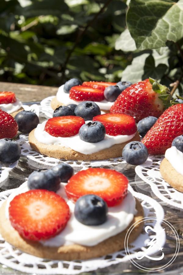 in Windeseile kleine Törtchen auf dem Tisch - süße Cookie-Pizzen mit frischen Beeren | Zuckergewitter.de